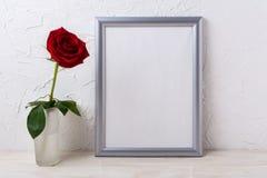 Srebny ramowy mockup z czerwieni różą w szklanej wazie Zdjęcia Royalty Free