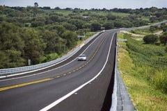Srebny samochodowy bieg na drodze fotografia stock