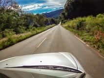Srebny samochodowy bieg wzdłuż wykładającej drogi na natury wycieczce zdjęcie royalty free