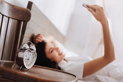 Srebny serce kształtował budzika z kobietą bierze selfie behind zdjęcie royalty free