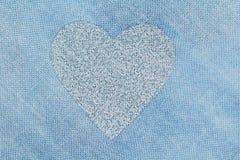 Srebny serce na błękitnym tle bawełniana tkanina Romantyczny pas obraz royalty free