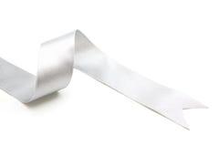 srebny tasiemkowy łęk w jaskrawego srebnego bielu popielatym kolorze odizolowywającym Fotografia Stock