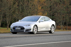 Srebny Tesla Elektryczny samochód Na drodze zdjęcia stock