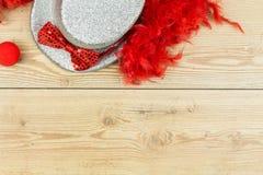 Srebny wysoki kapelusz, czerwony puszysty piórkowy boa, czerwony łęku krawat i czerwieni clo, Zdjęcie Stock