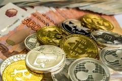 Srebny Złocisty Crypto monety litecoin LTC, bitcoin BTC, czochra XRP, junakowanie Rosyjski rubel Metal monety kłaść out w mieszka Obrazy Royalty Free