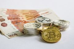 Srebny Złocisty Crypto monety litecoin LTC, bitcoin BTC, czochra XRP, junakowanie Rosyjski rubel Metal monety kłaść out w mieszka Zdjęcie Royalty Free