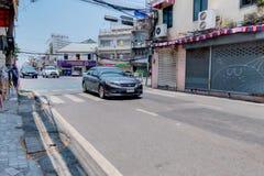 Srebra Honda porozumienie crusing na ulicie z łamanym brukiem w Bangkok, Tajlandia Kwiecień 14, 2018 zdjęcia stock
