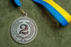 Srebrny medal z żółtym i błękitnym faborkiem Zakończenie fotografia royalty free