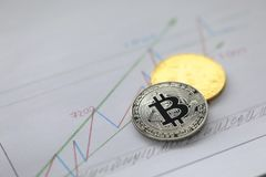 Srebro i złota moneta bitcoin kłamamy na biznesie obraz royalty free