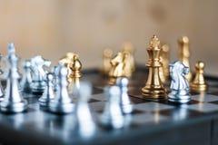 Srebro i złoty z wrogiem w gemowych metafor taktykach, busine i Fotografia Stock
