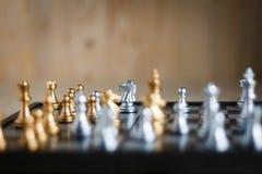 Srebro i złoty z wrogiem w gemowych metafor taktykach, busine i Fotografia Royalty Free