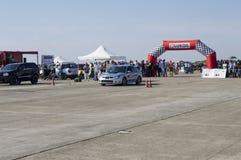 Srebrzysty sporta samochód czeka drużynowego początek na Resinge ` s włóczydłach Zdjęcia Royalty Free