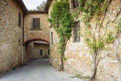 Sreet in einem kleinen Dorf des mittelalterlichen Ursprung Volpaia, Toskana, Italien stockbild