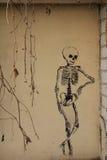 Sreet konst på väggen: skelett Arkivfoton