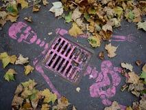 Sreet konstmålning (skelett) på trottoaren, Paris fotografering för bildbyråer