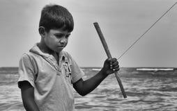 Sri het lankan kleine jongen spelen bij het strand stock afbeelding