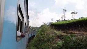 "Sri Lanka, †de Ella ""8 de março de 2019: Trem famoso de Colombo a Ella que passa o cruzamento de estrada de ferro video estoque"