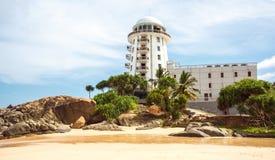 Sri Lanka Ambalangoda 3 de Mening van Juni 2016 bij het strand met vuurtoren Stock Afbeelding