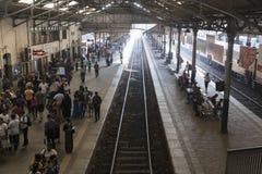 Sri Lanka, Colombo, el 11 de febrero de 2017, pasajeros que esperan en un ferrocarril Fotografía de archivo libre de regalías