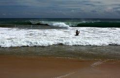 Sri Lanka - corpo que surfa na praia de Mirissa imagem de stock
