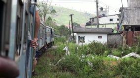 """Sri Lanka, Ella †""""8 maart, 2019: Beroemde trein die van Colombo aan Ella de spoorweg kruising overgaan stock videobeelden"""