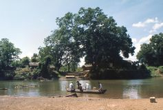 1977 Sri Lanka Führen des Flusses in einem Auslegerkanu Stockfotografie