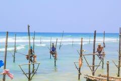 SRI LANKA - MAART 24: Traditionele visserij - Vissers op een stok in Sri Lanka op 24 maart 2017 op Sri Lanka Royalty-vrije Stock Afbeeldingen