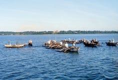 1977 Sri Lanka Pescadores em canoas de guiga Imagem de Stock