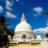 Sri Lanka Stupa med blå himmel Julian Bound Fotografering för Bildbyråer