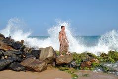 Sri Lanka Um homem está na costa do oceano Imagens de Stock Royalty Free