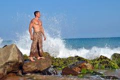 Sri Lanka Un hombre se coloca en la orilla del océano Fotografía de archivo