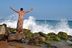 Sri Lanka Un hombre se coloca en la orilla del océano Foto de archivo