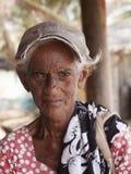 SRI LANKA, UNAVATUNA - OCTUBRE DE 2011: mujer mayor pobre con mucho o Fotos de archivo