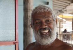 SRI LANKA, UNAVATUNA - SEPTEMBER 2011: Oude eigenaar van kleine guesth Stock Afbeelding
