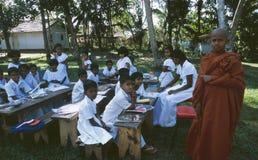 Sri Lanka wyspa: Buddyjska szkółka niedzielna z młodym michaelitą w G zdjęcia stock