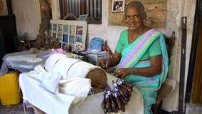 Sri Lankan Lokaal Hoofd Wevend Bobbin Lace, Sri Lanka - 10 Februari 2017 stock videobeelden