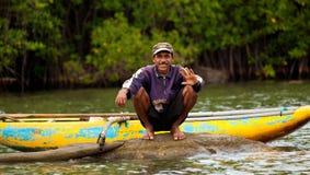 Sri Lankan Mann mit dem Kanuwellenartig bewegen Lizenzfreies Stockbild