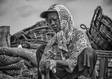 Sri lankan vrouw die de droge vissen ontruimen aan de strandkant royalty-vrije stock foto's