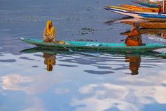 SRI NAGAR, KASHMIR, INDIA - 11 AGOSTO 2018: Wom indiano locale due immagini stock