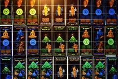 Sri Pada, Sri Lanka - 06 Februari, 2017: Shoppar buddistiska symbolsflaggor för neon som är till salu i souvenir Arkivbilder