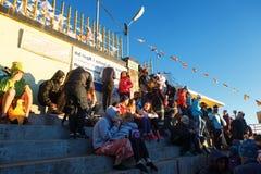 Sri Pada, Sri Lanka - 6 de febrero de 2017: La gente que los turistas esperan la reunión toma las imágenes para la salida del sol Fotos de archivo libres de regalías