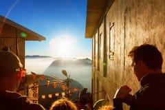 Sri Pada, Sri Lanka - 6 de febrero de 2017: La gente que los turistas esperan la reunión toma las imágenes para la salida del sol Fotografía de archivo