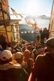 Sri Pada, Sri Lanka - 6 de fevereiro de 2017: Os povos que os turistas esperam a reunião tomam imagens para o nascer do sol no pi Fotografia de Stock