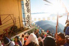 Sri Pada, Sri Lanka - 6 de fevereiro de 2017: Os povos que os turistas esperam a reunião tomam imagens para o nascer do sol no pi Fotos de Stock