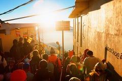 Sri Pada, Sri Lanka - 6 de fevereiro de 2017: Os povos que os turistas esperam a reunião tomam imagens para o nascer do sol no pi Imagens de Stock Royalty Free
