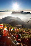 Sri Pada, Sri Lanka - 6. Februar 2017: Leute, die Touristen Treffen warten, machen Fotos für den Sonnenaufgang auf ` s Berg-Sri P Stockfotografie