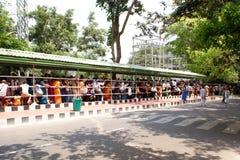 站立在队列的数千献身者在Sri Venkateswara斯瓦米寺庙, Tirumala 库存图片