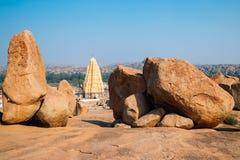 Sri Virupaksha świątynia i skaliste góry od Hemakuta wzgórza przy Hampi, India obrazy royalty free