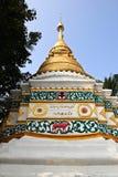 Srichum寺庙的白色塔 免版税库存照片