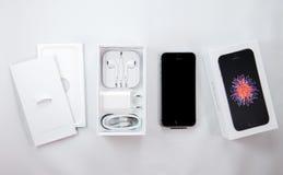 Série Unboxing et première de nouveau Se d'iPhone Photographie stock